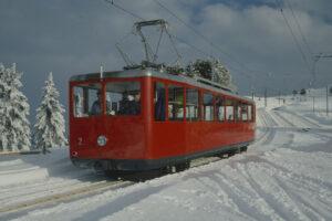 Der aus dem Elektrifizierungsjahr 1937 stammende Triebwagen Nr. 2 der Viznau-Rigi-Bahn, aufgenommen um 1990.