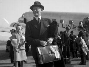 Walter Stucki sur l'aérodrome de Dübendorf, avril 1946.