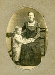 Elise Wollensack avec son fils Hans, vers 1918.